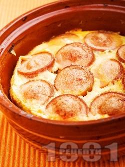 Сирене с кренвирши и яйца в гювече в микровълнова фурна - снимка на рецептата